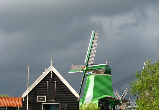 IMG 4244 - Sun and dark clouds (Zaanse Schans)